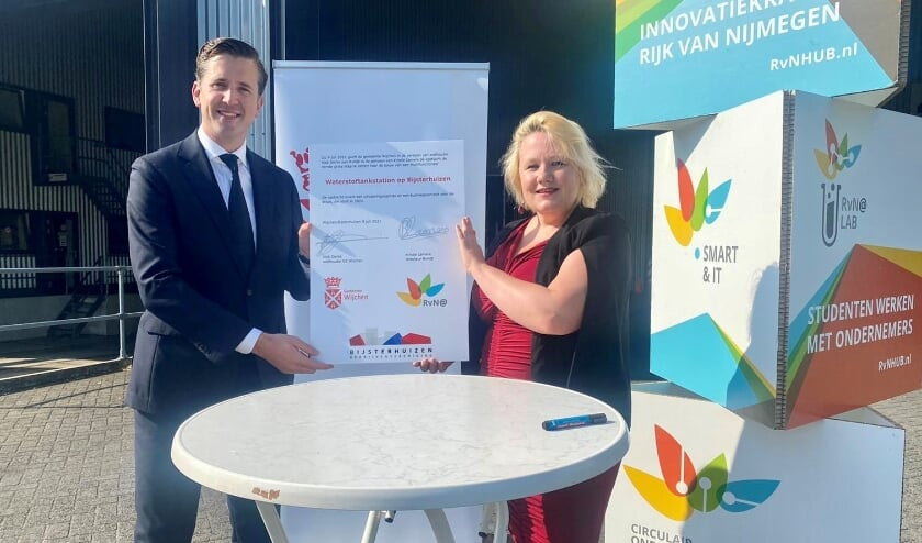 Nick Derks en Kirstie Lamers ondertekenen de samenwerkingsovereenkomst.