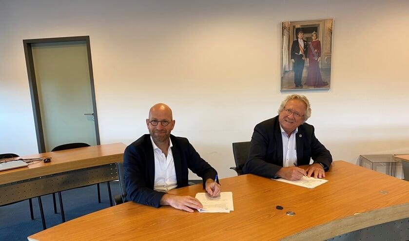 Harold van Rooijen, algemeen directeur Klokgroep (links) en André Springveld, wethouder wonen.