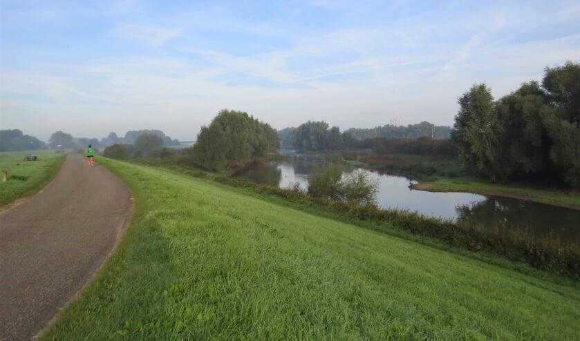 <p>Wandelaar op de dijk, uiterwaarden Ewijk</p>