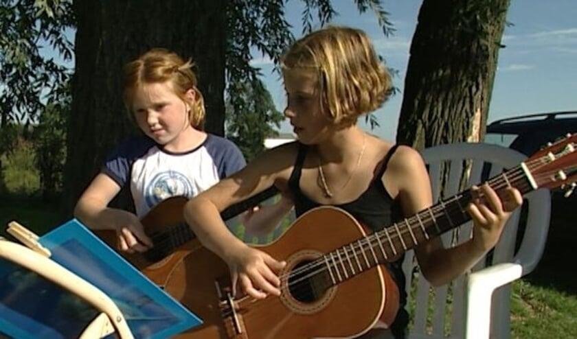 Kinderen maken muziek in Appeltern.