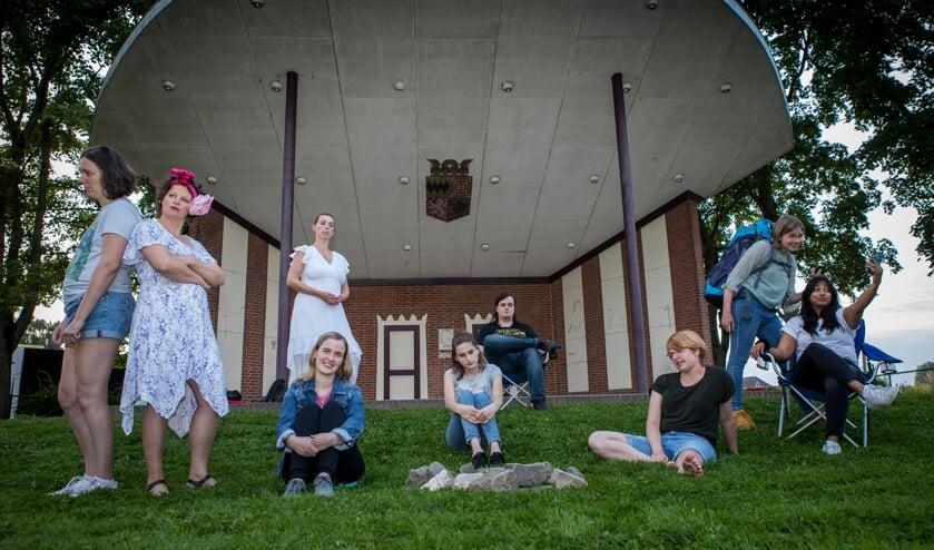 Toneelgroep Plankenkoorts brengt Camping Beau Sejour in de muziekkoepel in het hart van van Winssen.