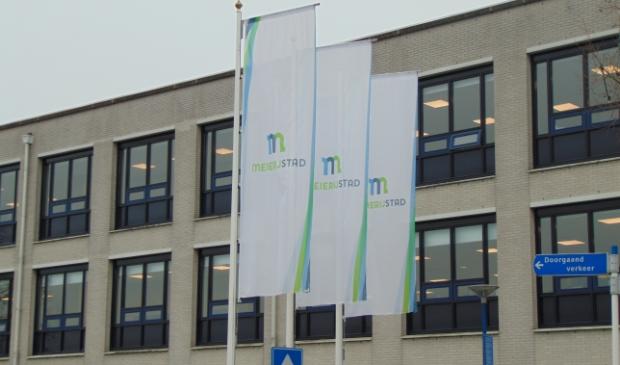 <p>De vlaggen bij het gemeentehuis.</p>