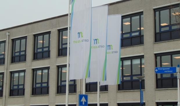De vlaggen bij het gemeentehuis.
