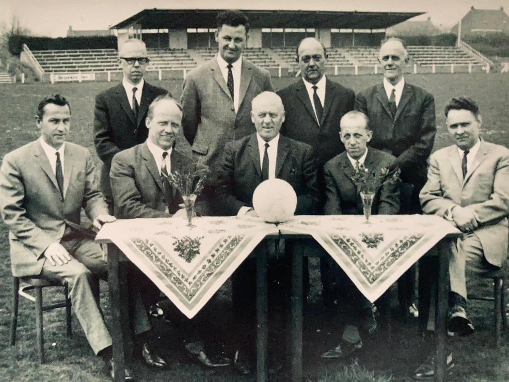 <p>Hoofbestuur 1967: 40-jarig jubileum. Geheel links: zittend op de foto, Joep van der Heijden</p>  © mooischijndel