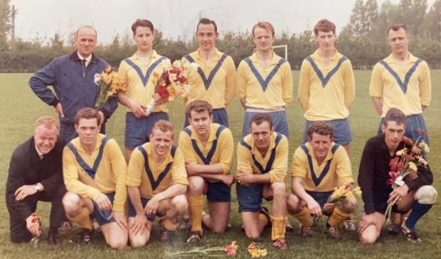 <p>Kampioensfoto 1965 met aanvoerder Joep van der Heijden, staand 3e van links.</p>