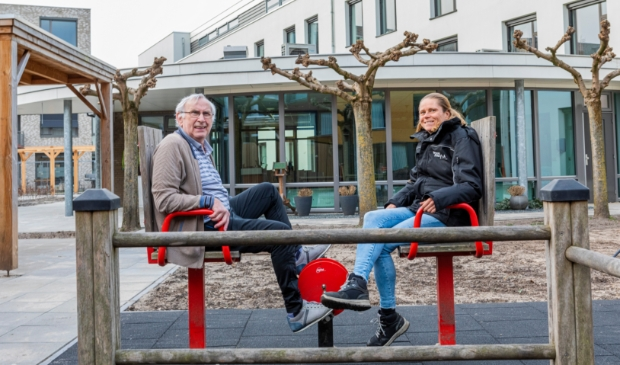 <p>De heer Van de Wijdeven samen met Agnes de Veth, co&ouml;rdinator team Wijkbeheer bij Woonmeij&nbsp;</p>