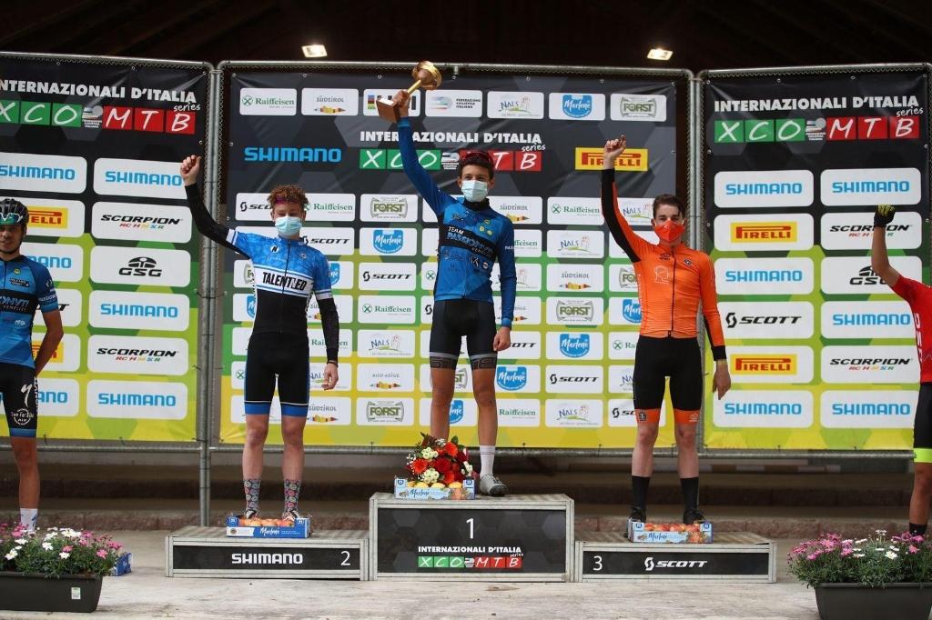 <p>Tom Schellekens (in oranje) tijdens de UCI juniorseries van de Internazionali d&rsquo;Italia Series</p>  © mooischijndel