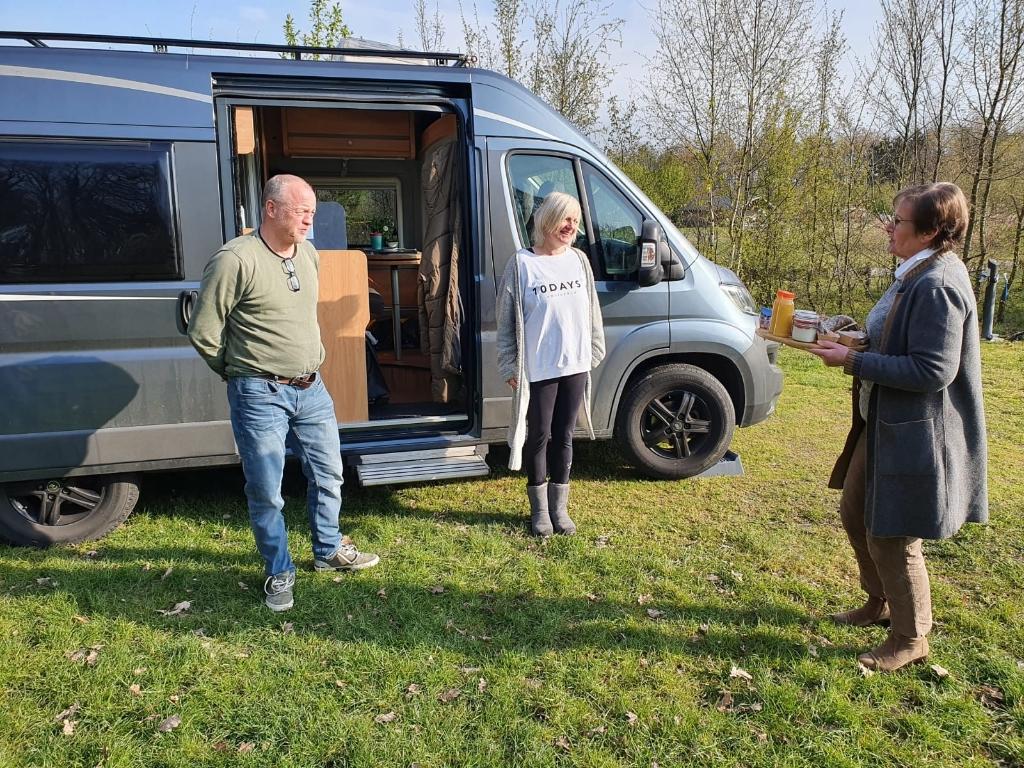 <p>Bij de lancering van de website bezoekmeierijstad.nl kregen enkele campingbezoekers een ontbijt aangeboden.</p> Jeroen van de Sande © mooischijndel