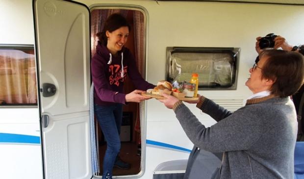 <p>Een ontbijtje voor Ingrid van Rijen uit handen van wethouder Coby van der Pas</p>