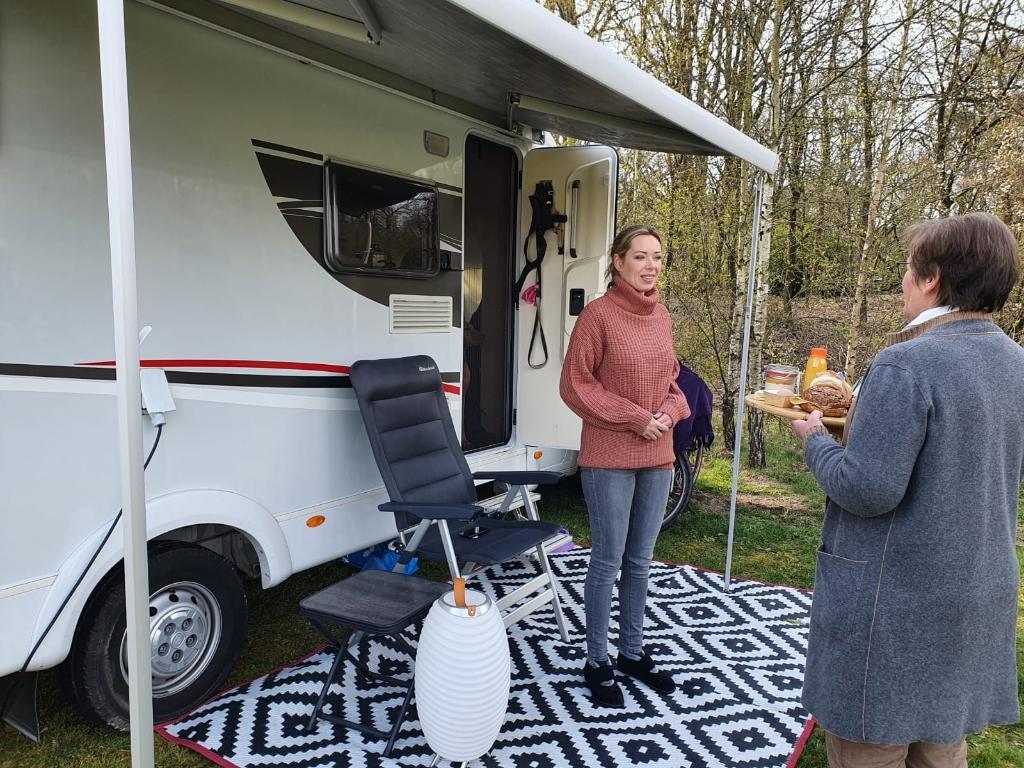 Een ontbijt als verrassing voor op camping Het Goeie Leven. Jeroen van de Sande © mooischijndel