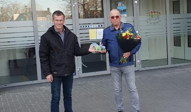 <p>Na eenentwintig dagen gewandeld te hebben krijgt de heer Van Bilzen de prijzen uit handen van Tonnie Rovers (l).</p>