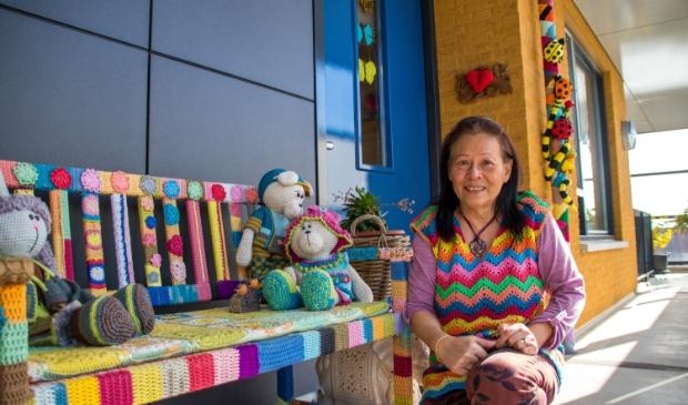 <p>Sissy Fliers in de kleurrijke galerij van het appartementencomplex</p>