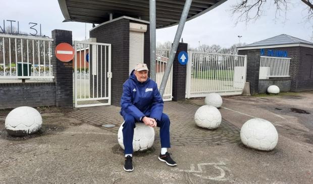 <p>Wim Vermeulen voor de ingang van SV Avanti &#39;31.</p>