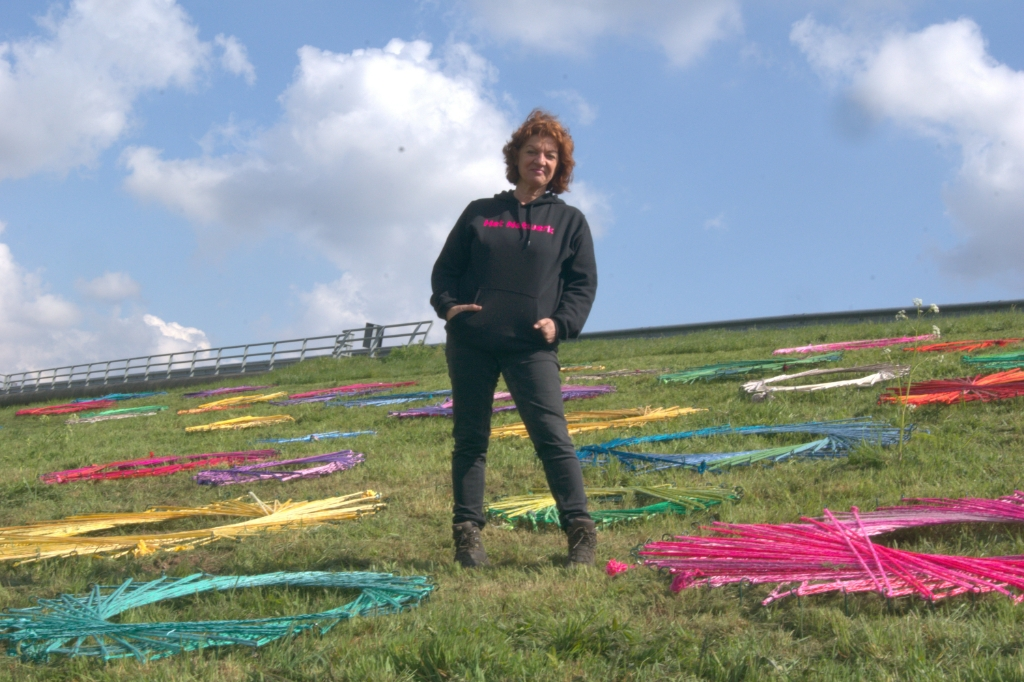 Carin Simons tussen de kleurrijke cirkels van Het Netwerk Pascal van Oers © mooischijndel