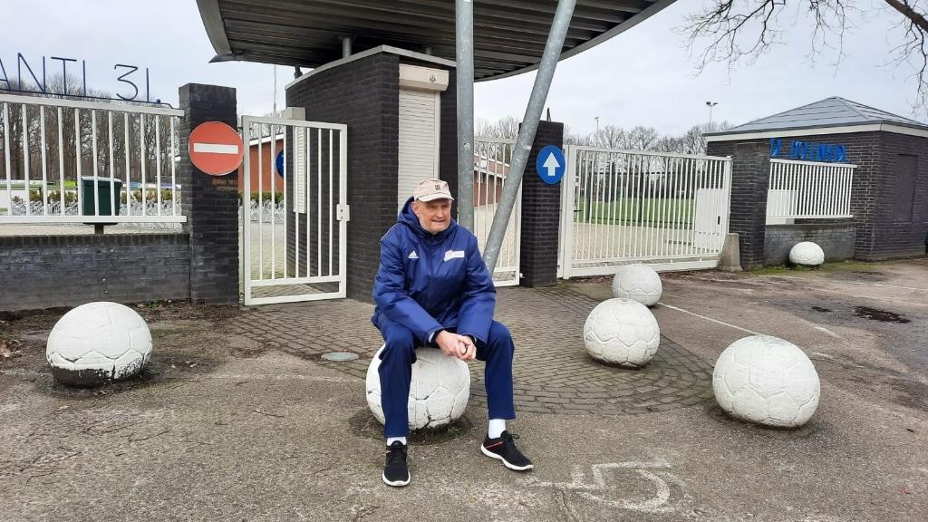 Wim Vermeulen voor de ingang van SV Avanti '31