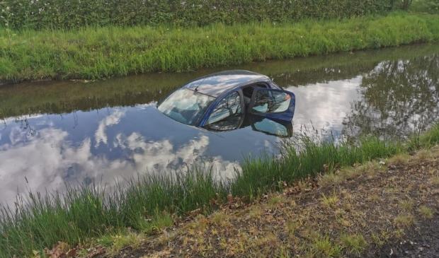 Auto te water aan de Heikampen in Schijndel