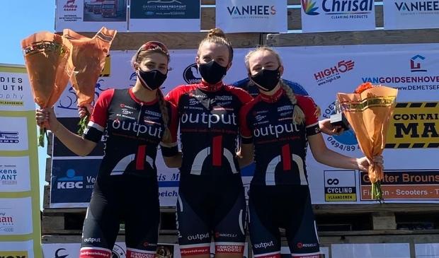 <p>Het podium in Glabbeek met drie rensters van WV Schijndel</p>