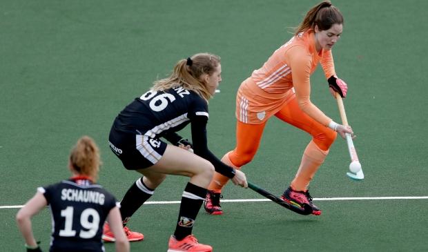 Marloes aan de bal tegen het Duitse hockeyelftal.