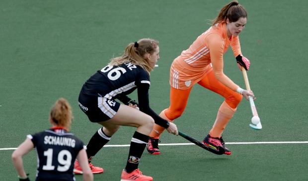 <p>Marloes aan de bal tegen het Duitse hockeyelftal.</p>
