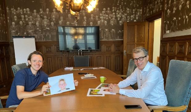 Ties van Dooren (namens de lokale kranten) en Harry Vermeulen (directeur Blauwe Kei) maken de winnaar bekend.