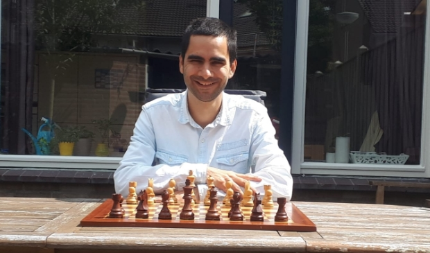 <p>Twan Burg voor zijn schaakbord. Foto: Cis van Pinxteren</p>