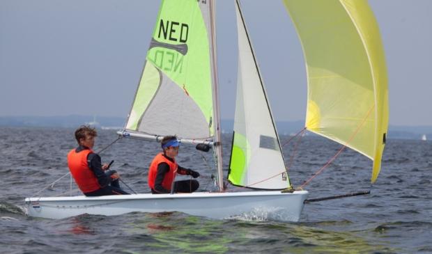 <p>Broers Lars en Rens van Dartel in volle vaart over het water.</p>