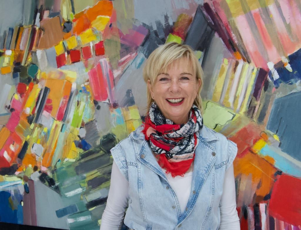 Maria Kemps staat voor een van haar abstract-figuratieve schilderijen. Pascal van Oers © mooischijndel