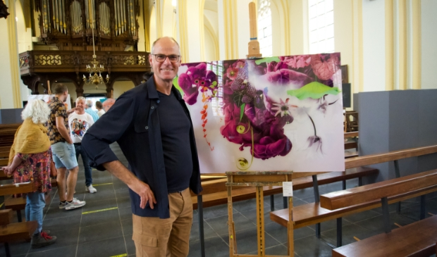 <p>Geert Maas exposeerde zijn bloemrijke kunst in de Heilige Servatiuskerk.</p>