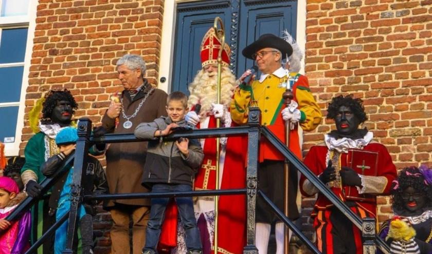 Jen Adams als Sinterklaas bij het Schepenhuis