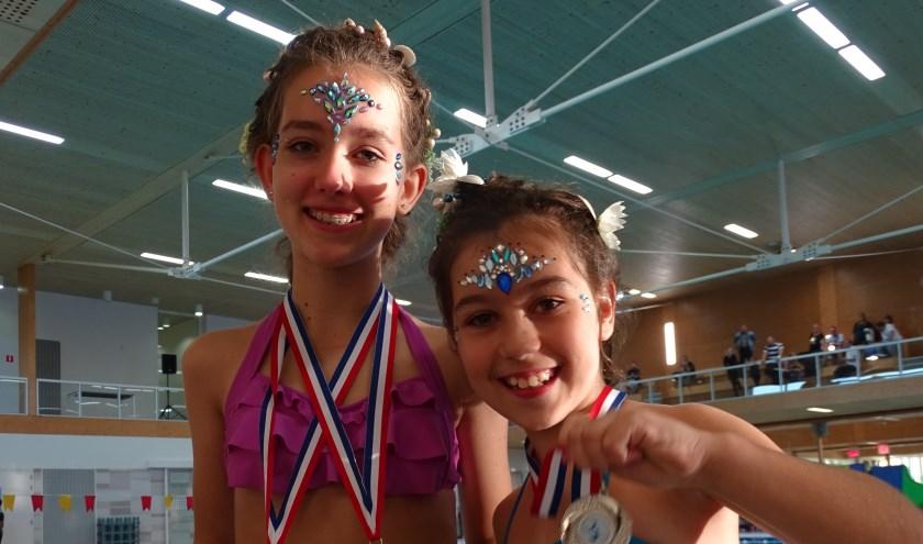 De medailles zijn net in ontvangst genomen door de meiden