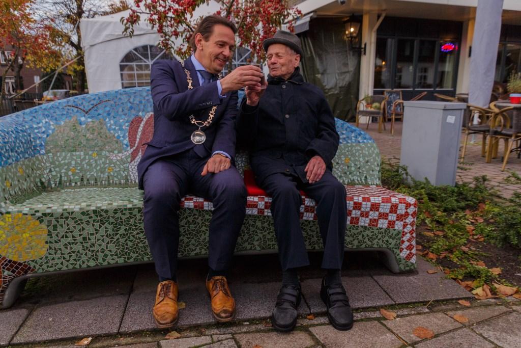 Frans Valkenburg proost met de burgemeester op zijn 104-de verjaardag Foto: Gonnie Fijen © grenskoerier