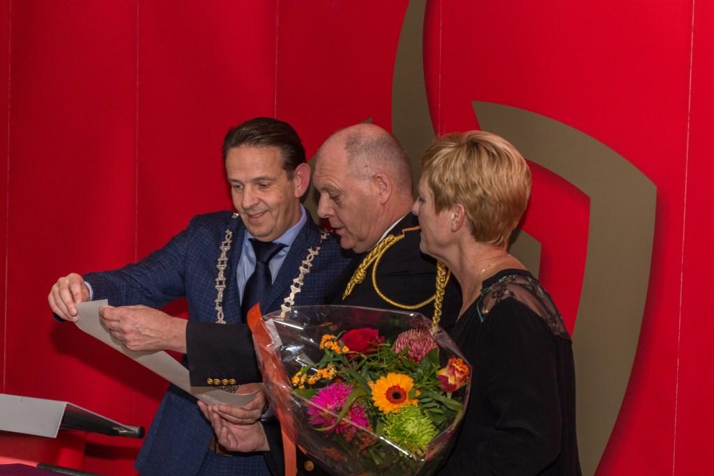 Eddy van Veldhoven en zijn vrouw met burgemeester Roland van Kessel Foto: Gonnie Feijen © grenskoerier