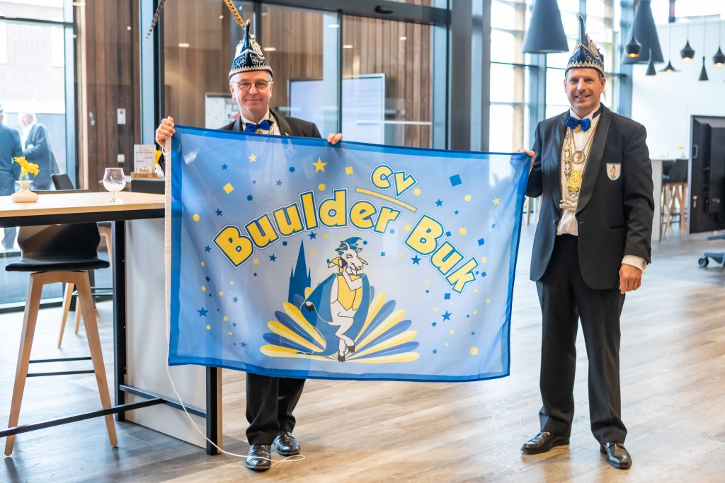 Vorst en voorzitter tonen nieuwe vlag Buulder Buk Foto: Bart Lijten © grenskoerier