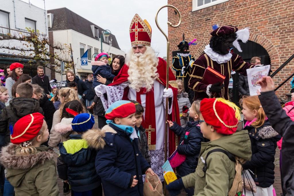 Op de Markt waren hééél veel kinderen om Sint en de Pieten te begroeten Foto: Gonnie Feijen © grenskoerier