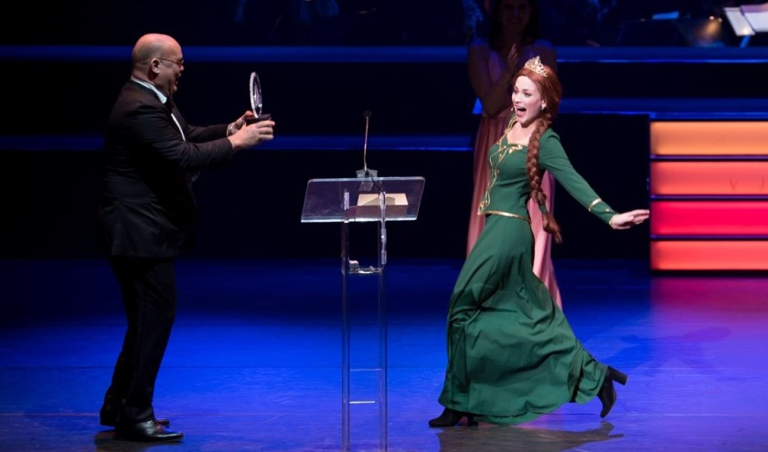 Silke van Niel in haar rol als prinses Fiona neemt award in ontvangst