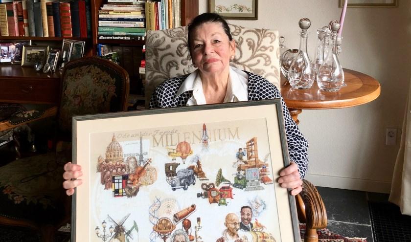 Mevrouw Janneke Recourt-Verboom met een van haar merklappen, foto: Laura Raats