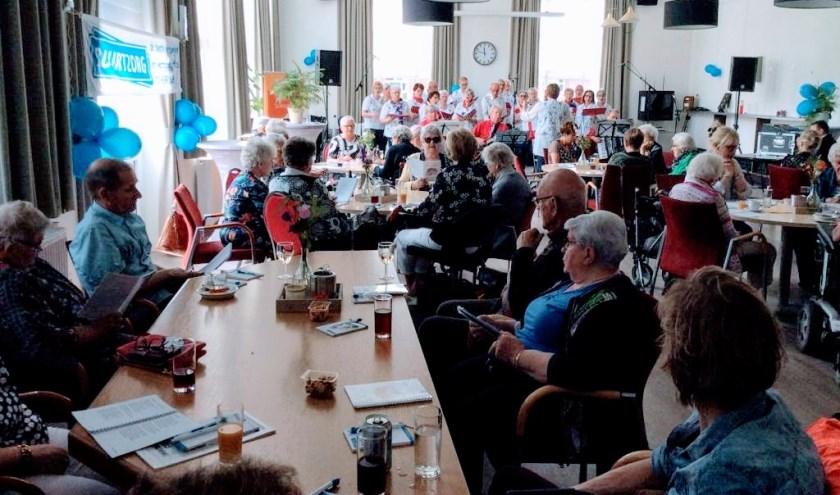 Tienjarig jubileum van Buurtzorg Maarheeze werd uitgebreid gevierd in Onze School, foto: Buurtzorg Maarheeze