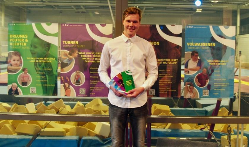 Rein Vos was zichtbaar trost op zijn ontwerp voor gymnastiekvereniging Turnlust, foto: Laura Raats