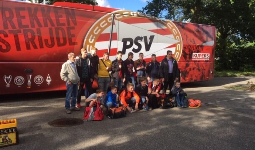 Het SV Budel G-team voor de spelersbus van PSV, foto: Jurgen van Riet