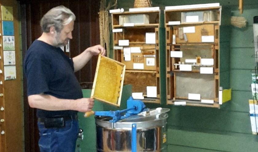 Henk aan het honing slingeren, foto: De Immenhof