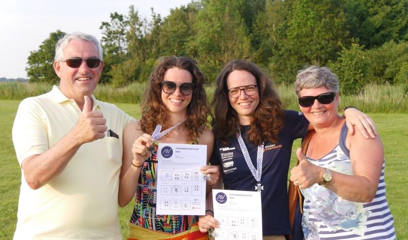 Trotse ouders Jan en Trudy Scheepers met hun dochters Wilma (l) en Elly (r), foto: Edward van Nijmweegen