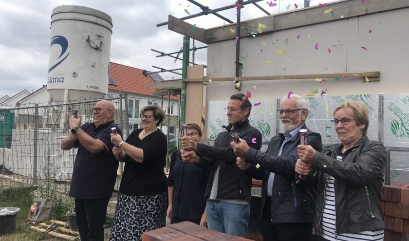 De toekomstige bewoners leggen feestelijk de eerste steen van hun nieuwe woning, foto: Hester Heijmans