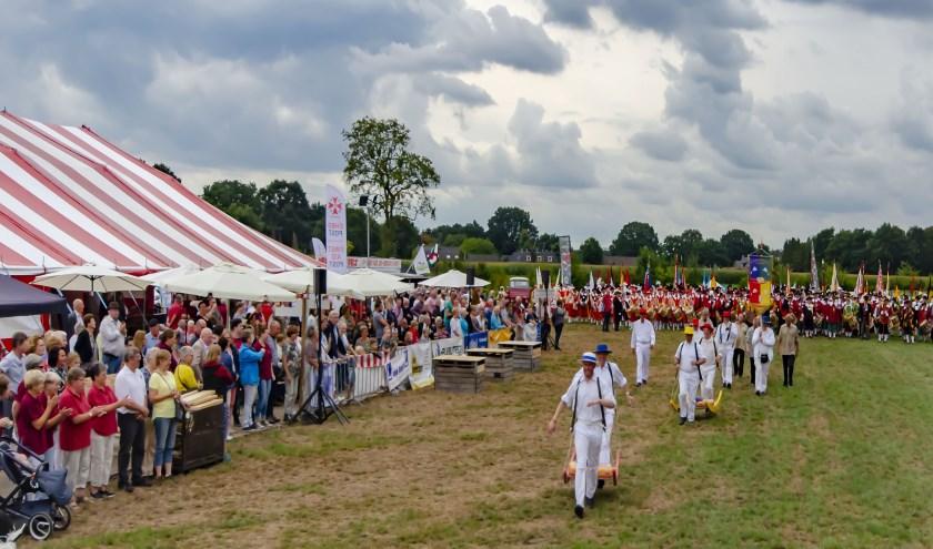 Het Kaasdragers gilde uit Alkmaar laat zich zien aan de toeschouwers en genodigden, op de achtergrond staan de gildes klaar voor de massale opmars, foto: Hennie Roosen