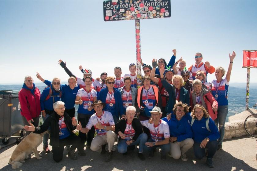 Groepsfoto van Toons Toppers 2019 op de top van de Mont Ventoux
