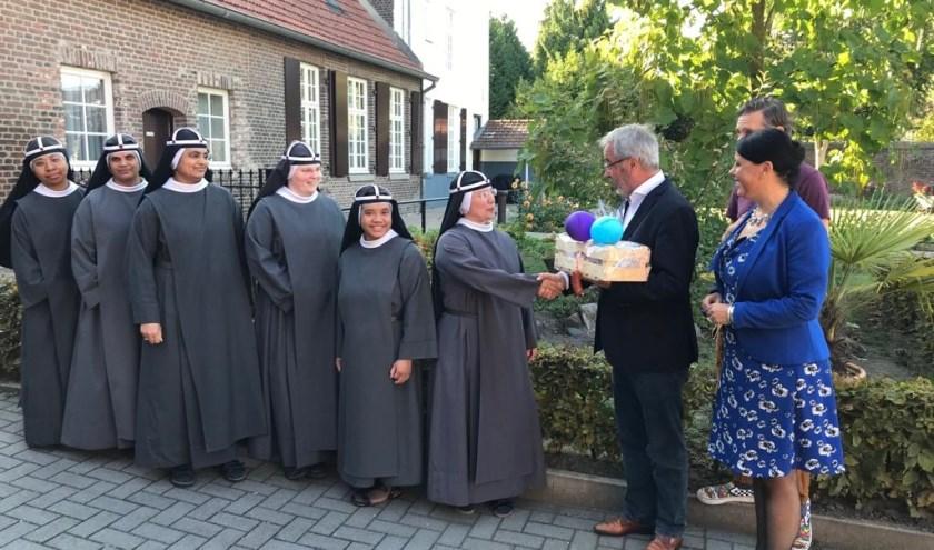 De worst wordt aangeboden aan zusters Birgittinessen met het verzoek om extra te bidden voor goed weer