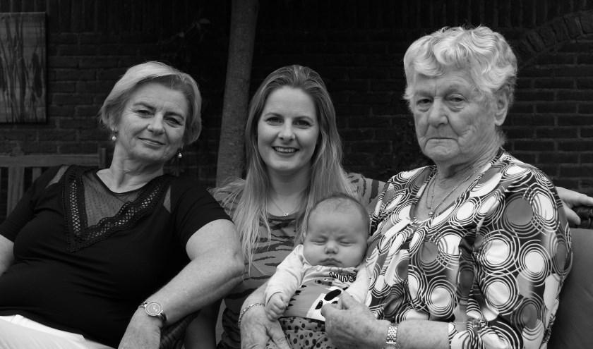 V.l.n.r.: oma Lian Derks, mama Maña Derks, overgrootmoeder Tonnie Lucas met baby Zoë.