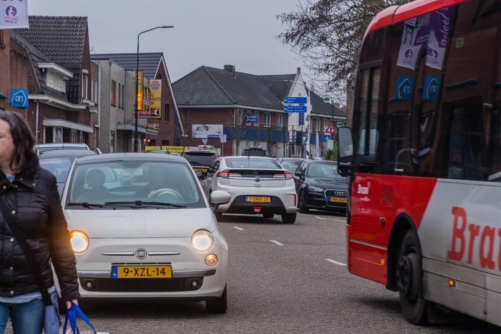 Ook momenteel is er heel veel verkeersoverlast op het gedeelte van de A. Mathijsenstraat tussen de Bonte Os en de Albert Heijn. Foto: Gonnie Feijen © grenskoerier