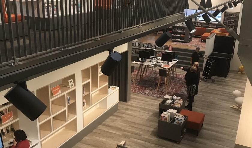 De eerste bezoekers kwamen maandagmiddag een kijkje nemen in de nieuwe bibliotheek
