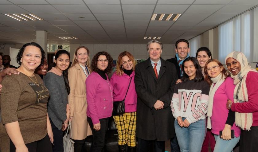 Commissaris Wim van de Donk en burgemeester Roland van Kessel met medewerkers en asielzoekers