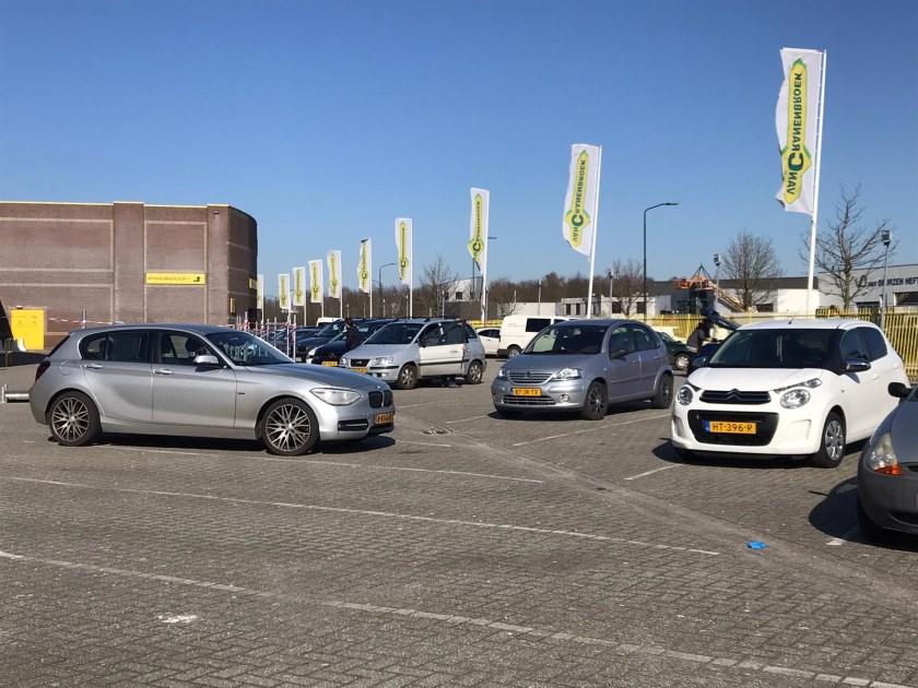 De parkeerplaatsen bij de bouwmarkten worden leger. Zouden we het toch gaan leren?